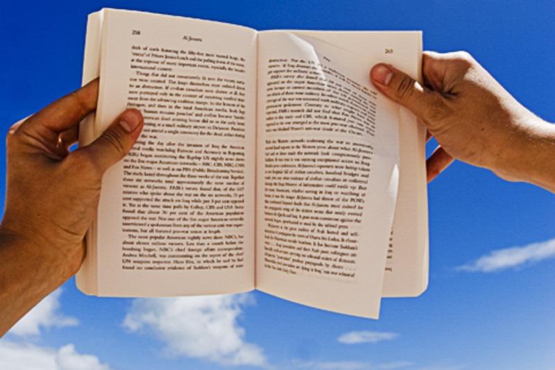 Libro con sfondo di nuvole