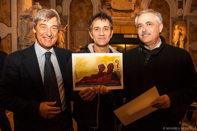 """Lello Esposito mostra la cartolina """"rimettiamo la testa a posto"""""""