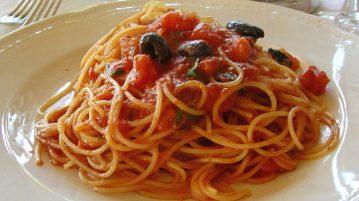 piatto_di_pasta_olive_e_capperi