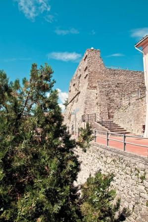 castello_guevara_visto_dal_basso