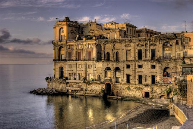 Napoli italia palazzo donn anna e la sua spiaggia foto