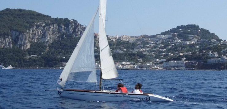 bimbo e istruttore in barca