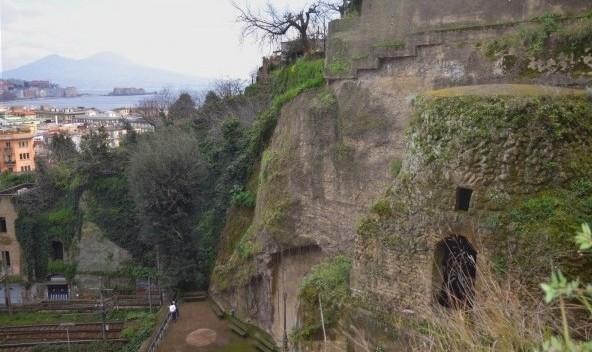 tomba-di-Virgilio-Napoli-600x397