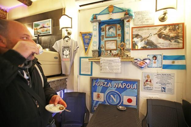 Napoli, centro storico, piazzetta Nilo, Bar Moreno. Cappellina votiva dedicata a Maradona.