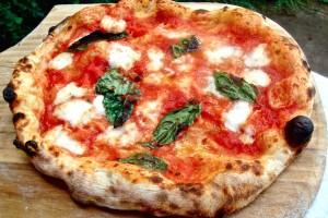 <p>La pizza Margherita, con le sue circa 600 kcal, è un pasto completo, oltre che, diciamolo, estremamente gustoso. Pochi sanno però che, condita con ingredienti selezionati e ben combinati tra loro, può avere addirittura proprietà terapeutiche, e può quindi contribuire al benessere fisico di chi la mangia. Fondamentale è la digeribilità dell'impasto, e il maestro [&hellip;]</p>