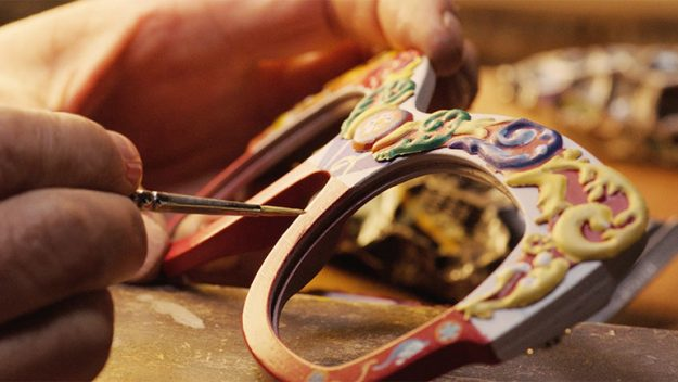 ba78d90672cd3 Gli occhiali ricordano i carretti sia nel materiale utilizzato che nei  colori  sono infatti costruiti in legno di noce