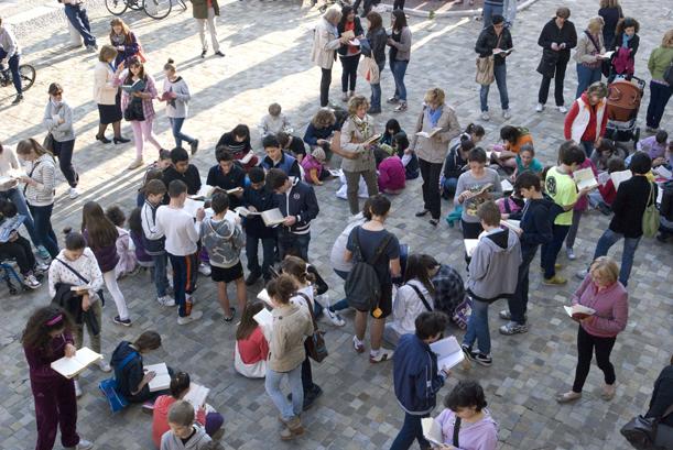 persone e libri al book mob