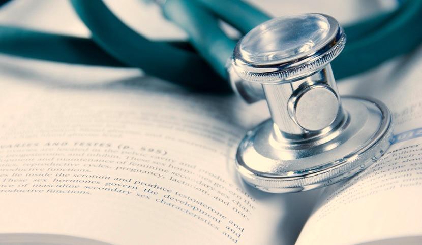 stetoscopio su un libro