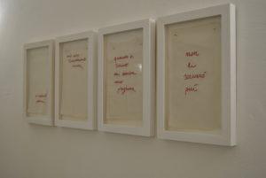 <p>La svolta concettuale dell'artista Vittoria Piscitelli (Napoli, 1989) cade inconsapevolmente a fagiolo. Contemporaneamente al lancio di un aggiornamento whatsapp che permette di revocare entro qualche minuto l'ultimo messaggio appena inviato, la Piscitelli svela un lavoro basato sulla permanenza del testo, sulla contemplazione della lettera, sulla fondatezza del gesto comunicativo, che è pegno e identità di [&hellip;]</p>