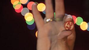 <p>A Napoli, si sa, il gioco è una cosa seria, specialmente durante le feste di Natale. Quello più quotato è la tombola, legata a stretto giro con la tradizione della Smorfia, ovvero del lotto. La Tombola nacque nel 1734, quando il re Carlo III di Borbone, deciso a ufficializzare il gioco del lotto nel Regno [&hellip;]</p>