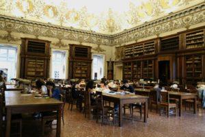 <p>La Biblioteca Nazionale di Napoli si trova&nbsp;all'interno del Palazzo Reale, nella maestosa Piazza del Plebiscito. Con oltre due milioni&nbsp;tra opere, stampe e manoscritti, si tratta della terza&nbsp;biblioteca d'Italia, dopo quelle di Roma e Firenze.&nbsp;Ha un'estensione enorme, tanto che s'impiega del&nbsp;tempo per spostarsi da una sezione all'altra, passando per gli splendidi cortili del giardino reale, tra&nbsp;statue, [&hellip;]</p>