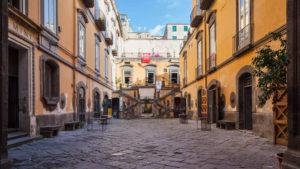 """<p>Si chiama """"Corso del buon genitore a Napoli"""" l'iniziativa che risponde al fenomeno """"baby gang"""" che negli ultimi tempi sta facendo discutere la città. A promuoverla sono i fondatori dell'Associazione Arti e Mestieri, l'imprenditore Rosario Bianco e il magistrato Catello Maresca, nella profonda convinzione che a determinare il tipo di persona che siamo sia &#8211; [&hellip;]</p>"""