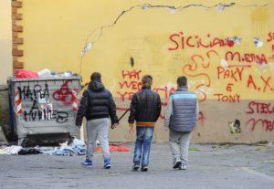 <p>Da settimane sui media impazza l&#8217;emergenza baby gang napoletane. Una scoperta che monopolizza l&#8217;agenda pubblica. &#8220;A Napoli vivono circa 100.000 ragazzi tra i quattordici e i diciassette anni. Sono stati arrestati 1.342 adolescenti; Il 17 per cento è imputato per uso o per possesso di armi da fuoco; il 56 per cento per furto o [&hellip;]</p>