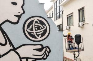 <p>Nel cuore dei Quartieri Spagnoli c'è un Centro Studi Donna del Comune di Napoli con una&nbsp;biblioteca di genere, un archivio donna e un Centro Antiviolenza. Lo sanno in pochi, eppure il&nbsp;centro offre servizi e cultura da anni per le donne del quartiere e di tutta la città. Da qui, il&nbsp;senso dell'intervento più che politico dell'artista [&hellip;]</p>