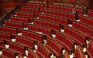 <p>Caos, urla, pianti per comporre le liste del Pd. Denunce di colpi di mano notturni, per &#8220;sbianchettare&#8221; quelle di Forza Italia. È la riffa elettorale, la mega ressa per vincere un posto in parlamento, a quasi 20mila euro al mese. Si sgomita e ci si dispera per entrare nell&#8217;Olimpo degli eletti. In quella che dovrebbe [&hellip;]</p>