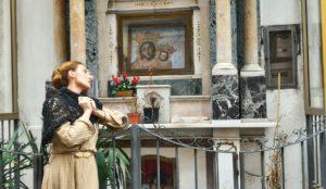 <p>Le strade di Napoli sono costellate di &#8220;altarini&#8221;: questi tabernacoli sono espressione del culto popolare e di riconoscenza nei confronti di santi e madonne, ma pure di fede e idolatrie pagane per calciatori e cantori di quartiere.&#8221;Facimmoce &#8216;a croce: Napoli e i suoi Altarini&#8221; è l&#8217;iniziativa promossa dall&#8217;Associazione NarteA, un itinerario teatralizzato, che coniuga il [&hellip;]</p>