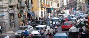 <p>Al Vomero scatta la rivolta contro il maxi parcheggio interrato da 900 posti auto, e il comune di Napoli si schiera con la protesta. L&#8217;opera da realizzare, in effetti, appare&nbsp;controversa. Non rassicura i residenti lo scavo in un&#8217;area a rischio idrogeologico come la collina. E non è un parcheggio orario, che darebbe ossigeno a chi [&hellip;]</p>