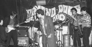 <p>Il Diamond Dogs, nome rubato all'album in cui David Bowie profetizzava l'avvento dell'avanguardia artistica che avrebbe cambiato il mondo, apre le sue porte a Napoli nel 1984, durante quella rivoluzione culturale che prendeva come riferimento stilistico le tendenze punk delle più grandi città europee. Secondo alcuni artisti dell'epoca, a metà anni '80 non c&#8217;era bellezza [&hellip;]</p>