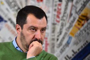 <p>Sono riusciti in un&#8217;impresa ai confini della realtà: sdoganare la Lega in Campania. La classe dirigente locale, e nel complesso meridionale, ha rotto il tabù Salvini, quello che gorgogliava &#8220;Senti che puzza / scappano anche i cani / stanno arrivando i napoletani&#8221;. Ormai sono sbarcati qui, i marziani verdi. E non hanno nessun&#8217;aria di andarsene. [&hellip;]</p>