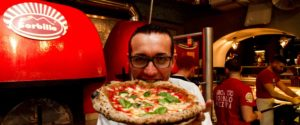 <p>Dopo 5 anni dall'incendio che ha distrutto quasi interamente il locale, ieri sera ancora un attacco alla storica pizzeria Sorbillo, nel cuore di Napoli, con una bomba fatta esplodere davanti all'ingresso di via Tribunali 32. Impossibile per il proprietario Gino nascondere la delusione, che sul suo profilo Facebook scrive: Poco fa hanno messo una bomba [&hellip;]</p>