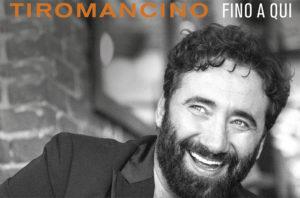 """<p>Una formazione straordinaria per i Tiromancino che, dal 21 gennaio, saliranno sui palcoscenici dei teatri italiani con il loro Fino a qui Tour. A Napoli arriveranno giovedì 31 gennaio, alle 21, al Teatro Augusteo. Insieme a Federico Zampaglione&nbsp;(voce e chitarra),&nbsp;Antonio Marcucci&nbsp;(chitarra elettrica),&nbsp;Francesco """"Ciccio""""&nbsp;Stoia&nbsp;(basso),&nbsp;Marco Pisanelli(batteria e percussioni) e&nbsp;Fabio Verdini&nbsp;(pianoforte e tastiere), ci sarà, per la prima [&hellip;]</p>"""