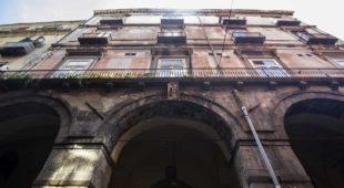 Espresso napoletano - A Via Tribunali, Palazzo d'Angiò, il più antico di Napoli