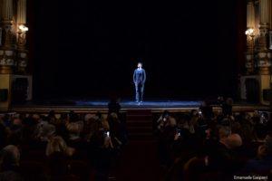<p>Una sedia al centro del palcoscenico, l&#8217;illuminazione scarna, un abbigliamento qualsiasi. Pierfrancesco Favino, in scena al Bellini fino al 4 marzo con &#8220;La notte poco prima delle foreste&#8221;, non ha bisogno di molto per diventare quello straniero protagonista del testo scritto da Bernard-Marie Koltès nel 1977. In una notte di pioggia incessante, così lunga da [&hellip;]</p>