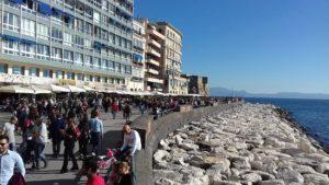 <p>Dopo le auto, tocca alla plastica: il lungomare di Napoli è diventato ufficialmente &#8220;Plastic Free&#8221;. Alla fine di marzo 2019 il sindaco di Napoli, Luigi de Magistris, ha firmato un&#8217;ordinanza sindacale per contrastare l&#8217;aumento dei rifiuti di plastica nel mare, problema che sta diventando sempre più ingestibile a livello mondiale. Dopo la disposizione del 19 [&hellip;]</p>